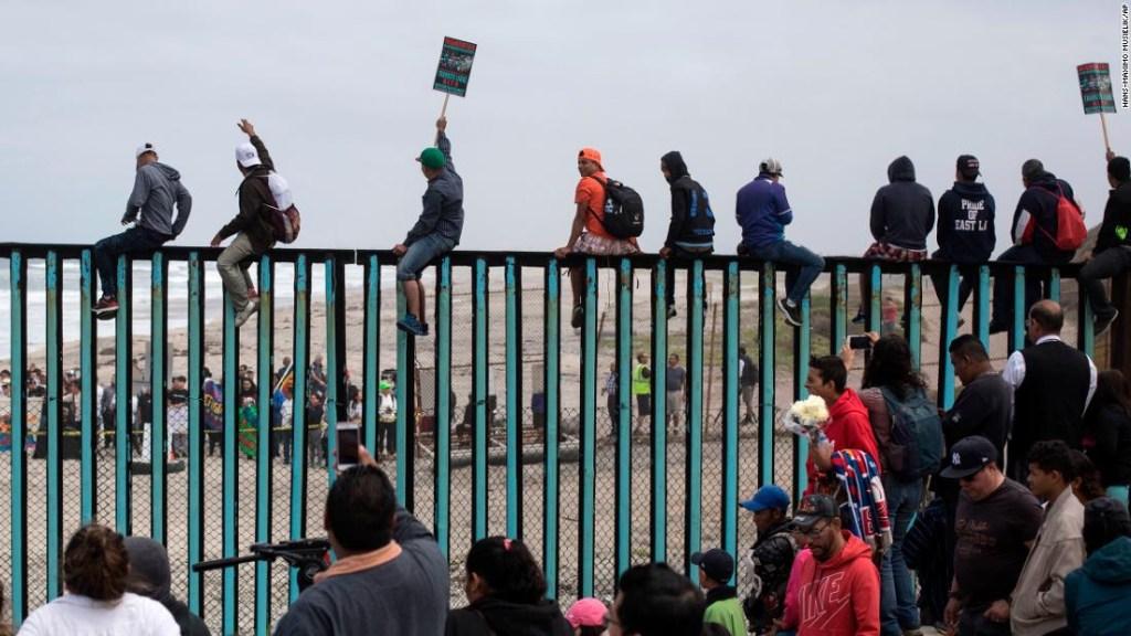 Migrantes de centroamérica llegan a la frontera entre México y Estados Unidos. (Crédito: AP Photo/Hans-Maximo Musielik)