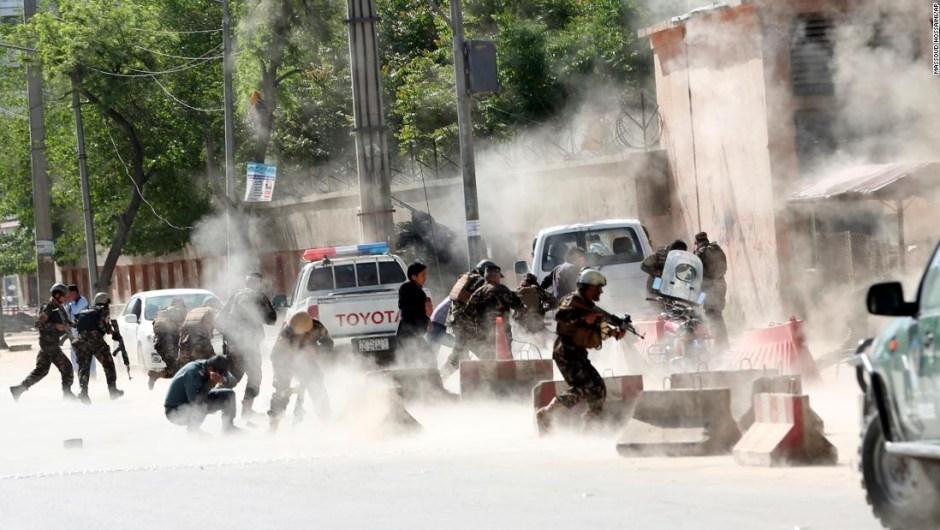 Fuerzas de seguridad corren del lugar en el que se produjo una explosión en Kabul, Afganistán (Crédito: AP Photo/Massoud Hossaini)