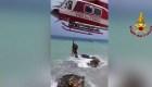 Así rescataron a dos turistas en el mar italiano