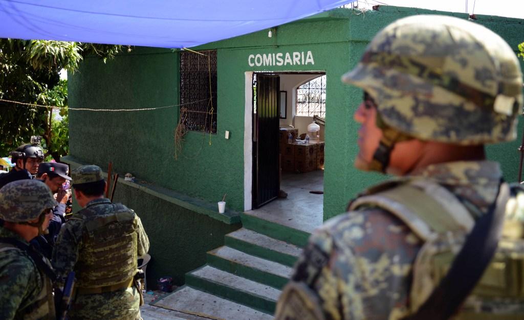 Soldados frente a una comisaría después de un crimen en Acapulco, Guerrero, el 30 de marzo de 2018. (Crédito: FRANCISCO ROBLES/AFP/Getty Images)
