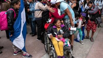 Inmigrantes centroamericanos llegan a la frontera entre México y Estados Unidos después de un largo 'Via Crucis'. (Crédito: GUILLERMO ARIAS/AFP/Getty Images)