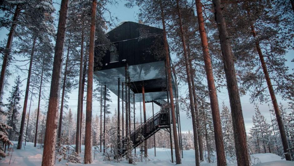 1.- Treehotel, Suecia. Escondido entre bosques silenciosos y bancos de nieve en la Laponia sueca, a una hora de vuelo al norte de Estocolmo, se encuentra Treehotel. Mientras se camina por el bosque, los viajeros pueden ver un cubo en forma de espejo o un OVNI en la distancia: dos de las siete cabañas del refugio, cada una suspendida entre las ramas de los árboles.
