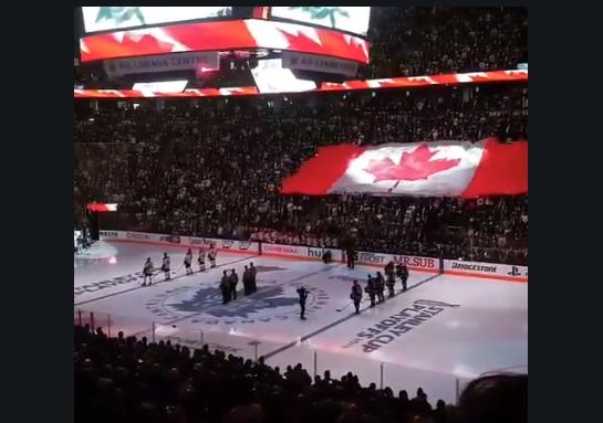 Un partido de hockey sobre hielo llevó a cabo un minuto de silencio en recuerdo de las víctimas del mortal atropello en Toronto (Canadá). (Crédito: Paul Zarnett/Twitter).