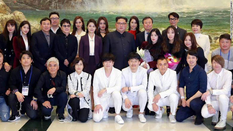 Ri y Kim posan en una foto el 1 de abril de 2018 junto a Do Jong-whan, ministro de Cultura, Deportes y Turismo de Corea del Sur (tercera fila, tercero desde la derecha) y músicos surcoreanos después de un concierto en el Gran Teatro de Pyongyang.