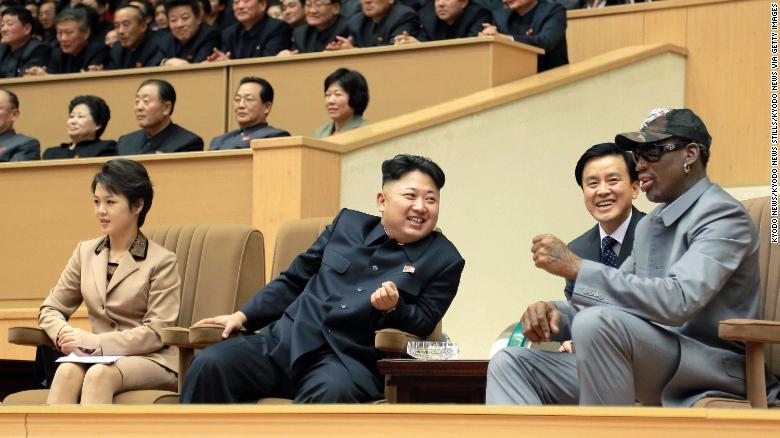 Ri y Kim se sentaron junto a la exestrella de la NBA Dennis Rodman mientras ven un partido de exhibición entre jugadores de baloncesto de Estados Unidos y Corea del Norte en Pyongyang el 8 de enero de 2014. Rodman después reveló el nombre de la hija de la pareja, Ju Ae.