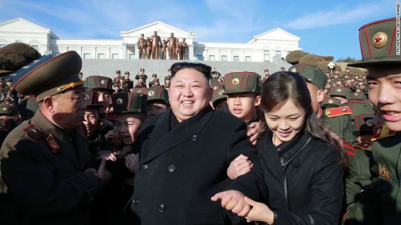 Esta foto distribuida por los medios estatales de Corea del Norte en marzo de 2017 muestra a Kim y Ri en la escuela revolucionaria Mandyongdae en Pyongyang, donde plantaron árboles con los estudiantes
