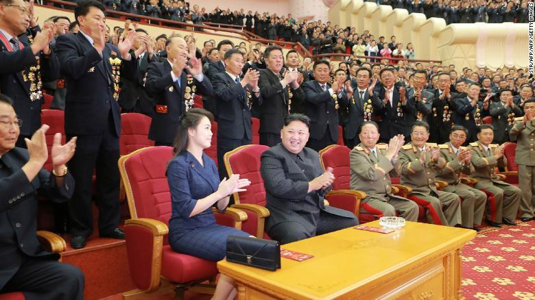Esta imagen de los medios estatales norcoreanos muestra a Kim y Ri asistiendo a una actuación artística en septiembre de 2017 dedicada a científicos nucleares y técnicos que habían trabajado en una bomba de hidrógeno que, según el gobierno, había sido probada con éxito. La actuación fue en el Teatro de la Gente en Pyongyang.