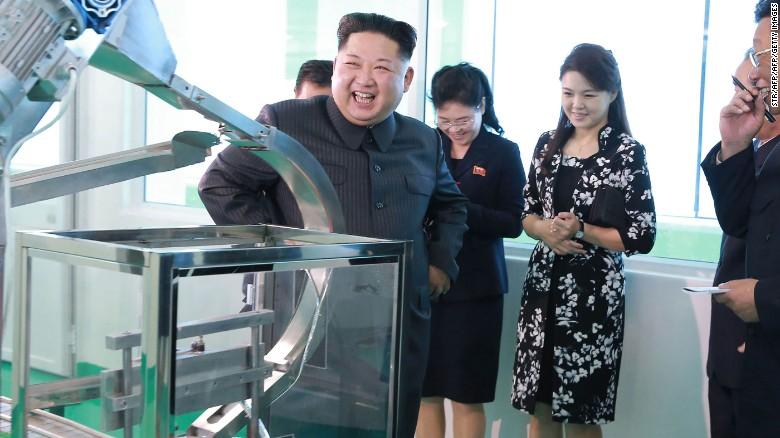 Fotografía distribuida por los medios estatales norcoreanos en octubre de 2017 en la que muestran a Ri y Kim visitando una fábrica de cosméticos.