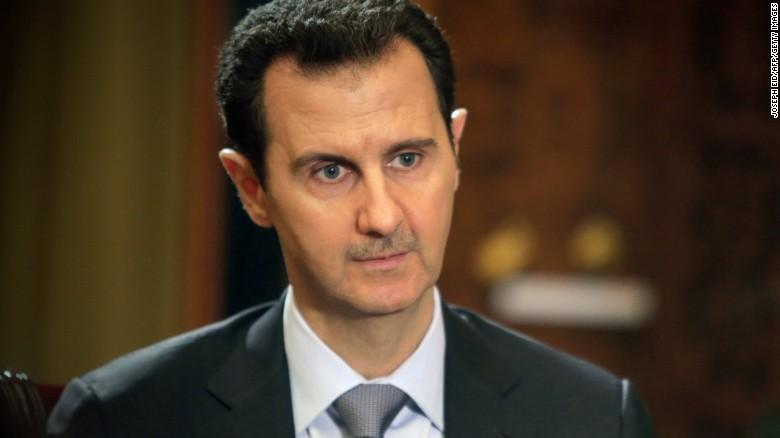 En una imagen publicada el 20 de enero de 2014, el presidente sirio Bashar al-Assad da una entrevista a la AFP en el palacio presidencial en Damasco.