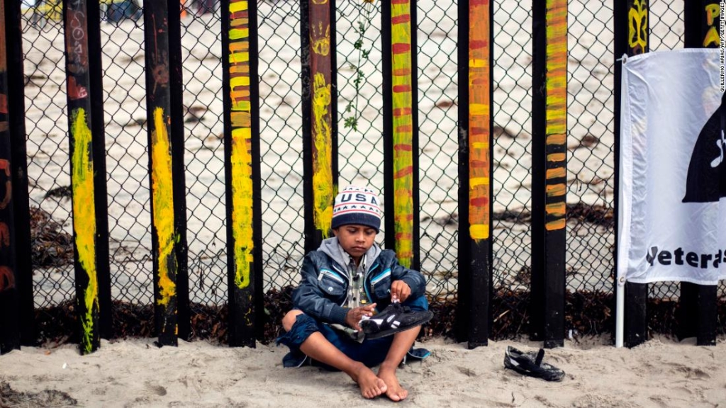 Un niño centroamericano que viajó en la caravana migrante espera en la frontera junto a Estados Unidos. (Crédito: GUILLERMO ARIAS/AFP/Getty Images)