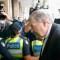El cardenal George Pell camina a través de cordón de policías en el Tribunal de Magistrados de Melbourne el 1 de mayo de 2018. El sacerdote se enfrenta a cargos por abuso sexual histórico. (Crédito: Darrian Traynor/Getty Images)