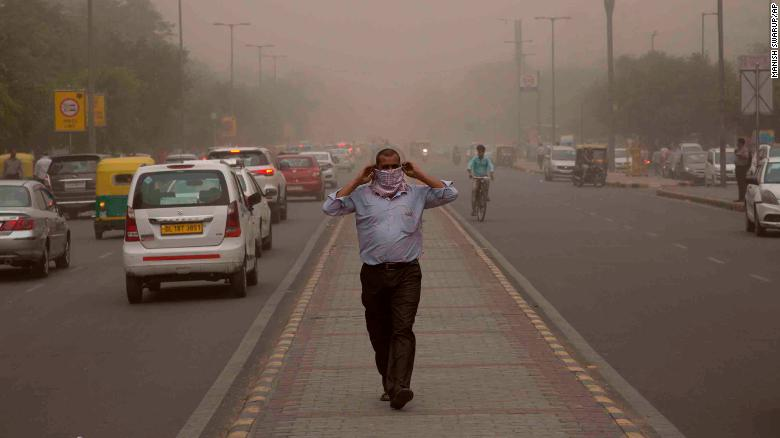 Un hombre envuelve una bufanda alrededor de su nariz mientras una tormenta de polvo envuelve la ciudad en Nueva Delhi, India, el 2 de mayo. (Crédito: AP Photo/Manish Swarup)