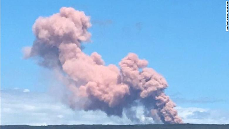 La columna de humo se eleva desde el volcán cerca de Hawai, en la isla grande de Leilani Estates.