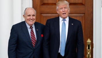 Donald Trump junto al exalcalde de Nueva York Rudy Giuliani el 20 de noviembre de 2016. (Crédito: AP Photo/Carolyn Kaster)