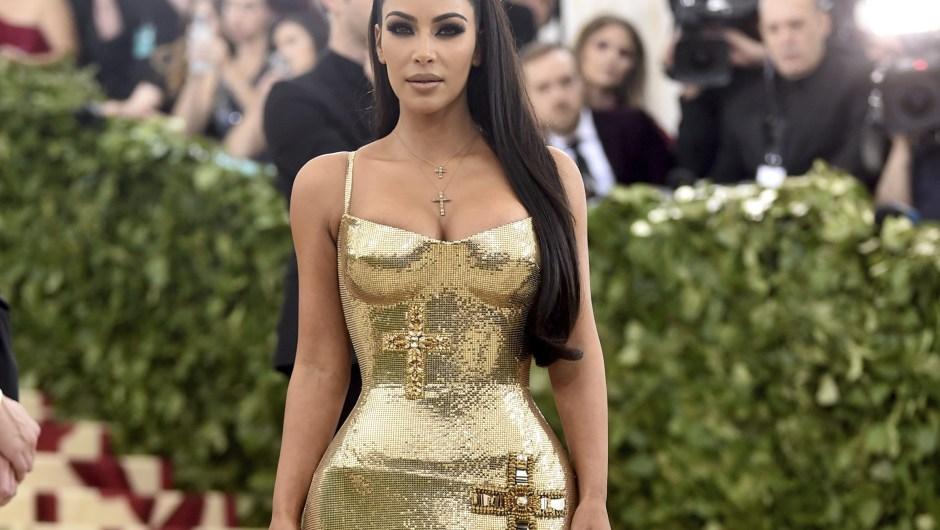 Kim Kardashian muestra un vestido ajustado con cruces bordadas.