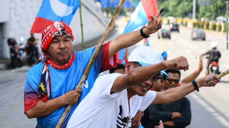 Los partidarios del ex primer ministro malasio Mahathir Mohamad celebran fuera del Palacio Nacional.