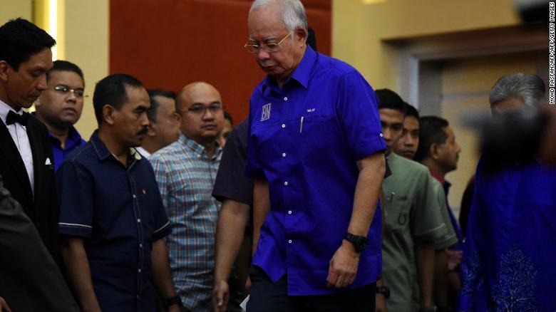 El primer ministro saliente de Malasia, Najib Razak, de la coalición del partido Barisan National llega para dirigirse a los medios luego de la pérdida de las elecciones.