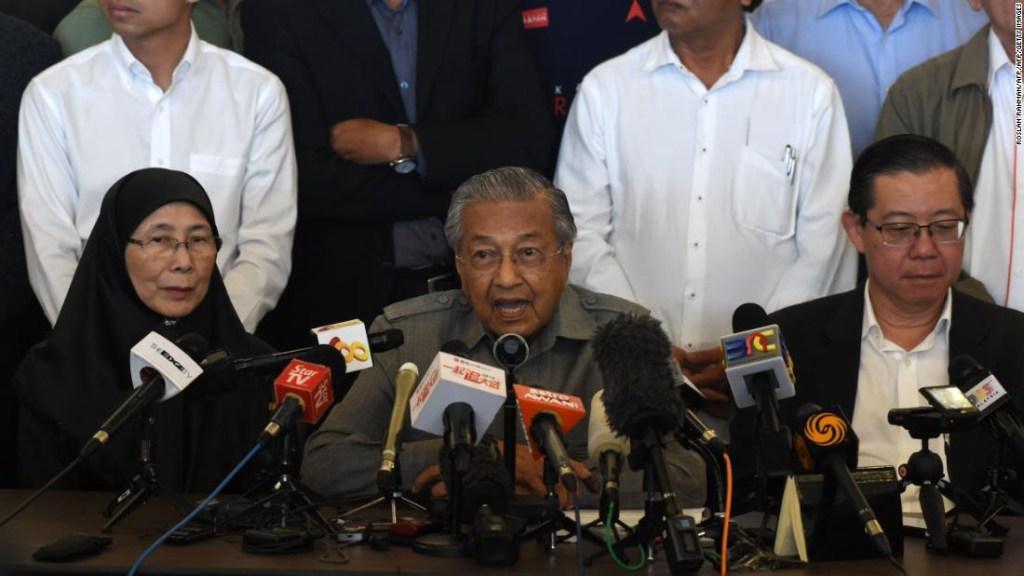Mahathir Mohamad, durante la rueda de prensa tras su nombramiento como primer ministro de Malasia.