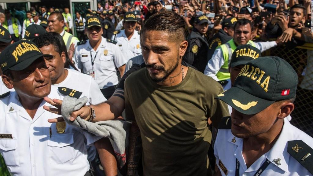 Paolo Guerrero regresa a Perú tras sanción del TAS