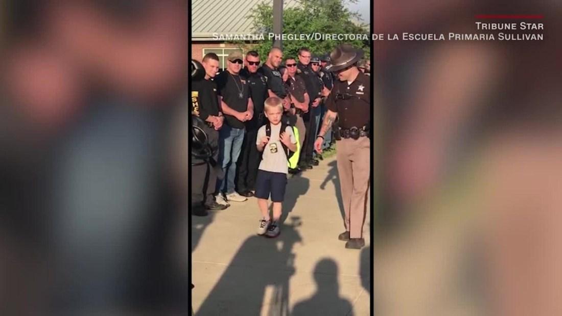 Agentes reciben en escuela al hijo de policía asesinado