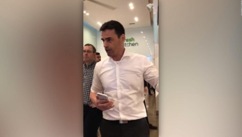"""Hombre amenaza a empleados por hablar español: """"Mi próxima llamada será a ICE"""""""