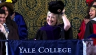 Hillary Clinton se burla de Trump con un sombrero ruso