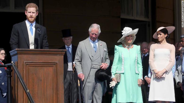 Enrique, en la foto a la izquierda, da un discurso junto al príncipe Carlos, su esposa Camilla y Meghan, en la fiesta del martes. (Crédito: Chris Jackson/Chris Jackson/Getty Images)