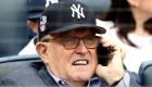 Fanáticos del béisbol abuchean a Giuliani durante un juego