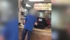 Hombre grita a empleada de origen hispano en restaurante en Texas