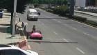 #EstoNoEsNoticia: La policía china detiene a una mujer en un auto chocón