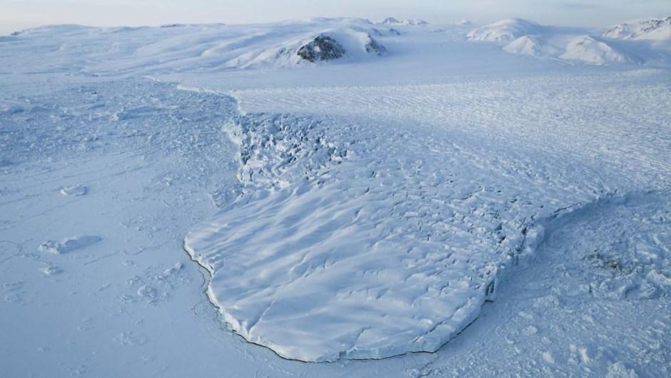 Aeropuerto más al norte: el puesto militar de Alert, en el extremo norte de la isla Ellesmere (en la foto) en el territorio Nunavut de Canadá, no solo es el asentamiento permanente más septentrional del mundo, sino también el aeropuerto más septentrional de la Tierra.
