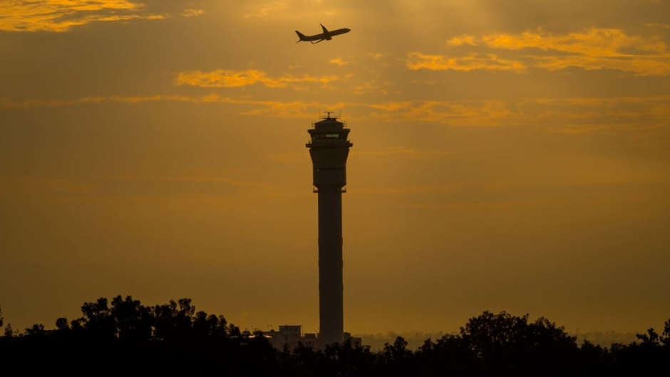 El aeropuerto más alto del mundo: por lo general, el punto más alto en cualquier aeropuerto es la torre de control de aire (ATC). Con sus 133.8 metros, Tower West en el Aeropuerto Internacional de Kuala Lumpur es la torre de control de tráfico aéreo más alta del mundo.