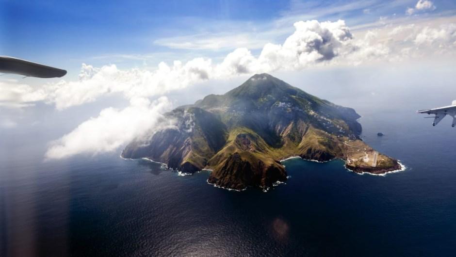 La pista más corta del mundo: el aeropuerto Juancho E Irausquin es el único aeropuerto en la isla caribeña de Saba. Tiene la pista de aterrizaje comercial más corta del mundo, con solo 400 metros de largo, y está flanqueada por un lado por colinas altas y, por otro, con acantilados que caen al mar en ambos extremos.