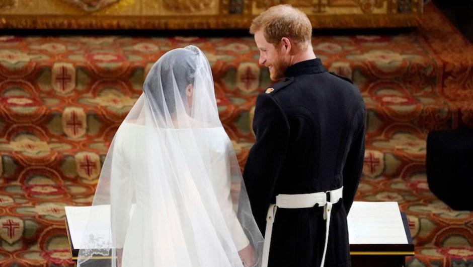 El príncipe Enrique y Meghan Markle no pararon de mirarse y sonreír durante la ceremonia de boda real (Crédito: Owen Humphreys - WPA Pool/Getty Images)