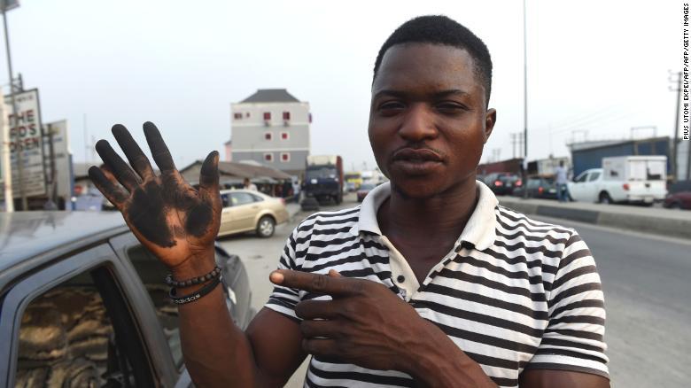 Los residentes de esta ciudad de Nigeria hacen fotos y las publican en redes sociales para mostrar su frustración.