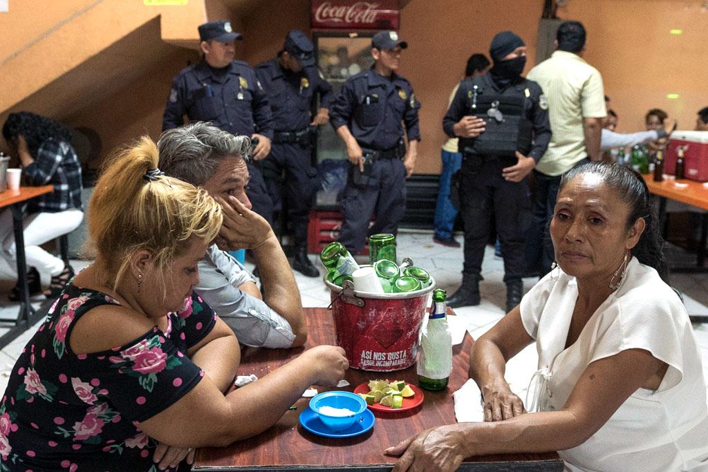 Los visitantes de una discoteca en San Salvador esperan a que la policía termine su búsqueda en abril.