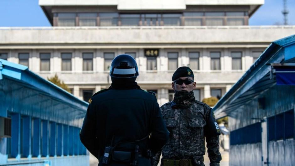 Patrulla fronteriza: es fácilmente identificable por la vibrante sala de conferencias azul de la Comisión de Armisticio Militar, que se extiende a lo largo de la Línea de Demarcación Militar.