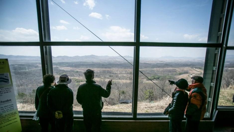 """El destino de la DMZ: a pesar del optimismo actual en la península, algunos expertos creen que la DMZ no irá a ningún lado pronto. """"Creo que es muy poco probable que la zona desmilitarizada desaparezca. Aunque todo el mundo se ve muy amable en este momento, esperaría que cualquier movimiento para eliminar realmente la zona desmilitarizada tardase mucho en suceder"""", dice Cockerell."""