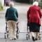 Imagen de archivo de dos señoras mayores paseando en Berlín, Alemania, en 2010. (Crédito: Sean Gallup/Getty Images)