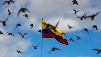 Imagen de archivo de la bandera de Colombia rodeada de palomas. (Crédito: LUIS ACOSTA/AFP/Getty Images)