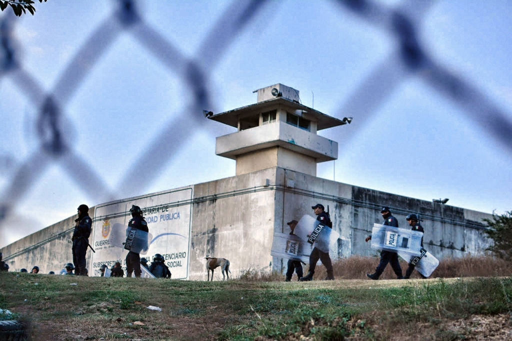 La policía participa en una operación fuera de una prisión en Acapulco, estado de Guerrero, México, el 15 de diciembre de 2017, luego de que las autoridades de la prisión decidieran trasladar a ocho reclusos que causaron problemas en la prisión. (Crédito: FRANCISCO ROBLES/AFP/Getty Images)