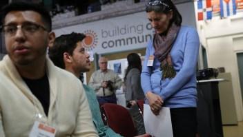 Inmigrantes asisten al taller DACA y TPS en un centro comunitario sin fines de lucro. (Crédito: John Moore/Getty Images)