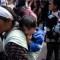 Una mujer y su hijo, migrantes que formaron parte de la caravana de migrantes de Centroamérica que llegó a Tijuana (México) para pedir asilo en Estados Unidos. (Crédito: GUILLERMO ARIAS/AFP/Getty Images)