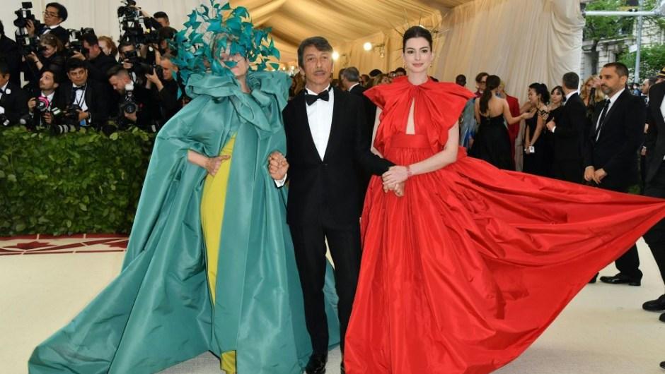 De izquierda a derecha: Frances McDormand, el director creativo de Valentino Pierpaolo Piccioli y la actriz Anne Hathaway