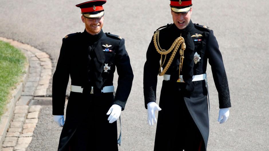 El príncipe Enrique, nuevo duque de Sussex, llega a su boda con Meghan Markle junto a su hermano y padrino, el príncipe Guillermo, duque de Cambridge. (Crédito: ODD ANDERSEN/AFP/Getty Images)