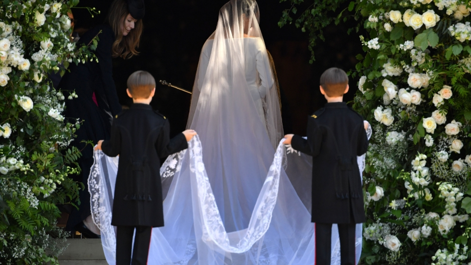 Imagen de la espalda y velo de Meghan Markle a su entrada a la capilla de San Jorge para casarse con el príncipe Enrique. (Crédito: BEN STANSALL/AFP/Getty Images)