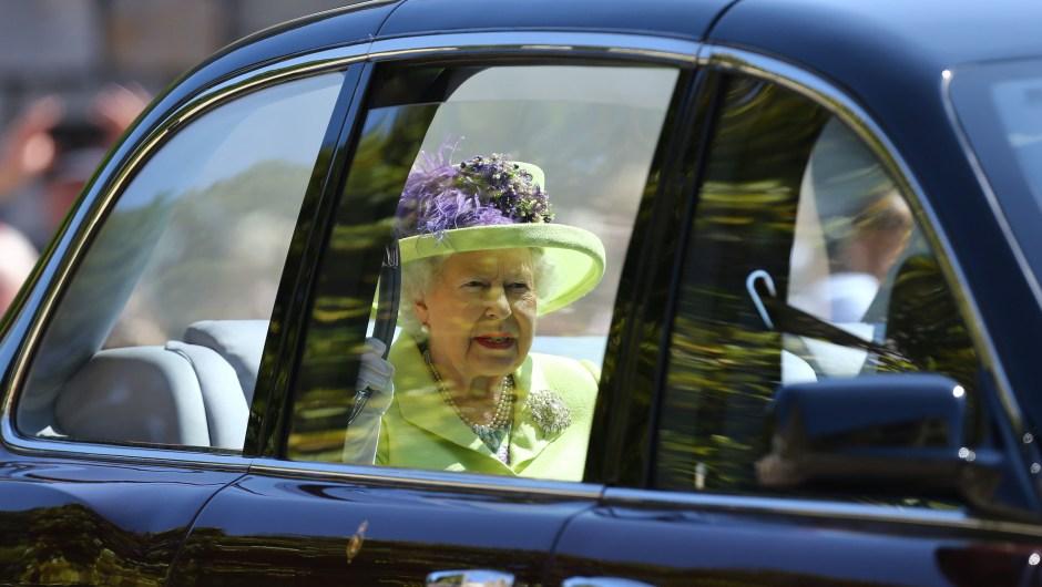 La reina Isabel II vistió un vestido en tono amarillo para la boda de su nieto Enrique con Meghan Markle. (Crédito: Gareth Fuller - WPA Pool/Getty Images)