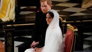 Los novios Enrique y Meghan Markle sonríen durante la ceremonia de su matrimonio. (Crédito: OWEN HUMPHREYS/AFP/Getty Images)