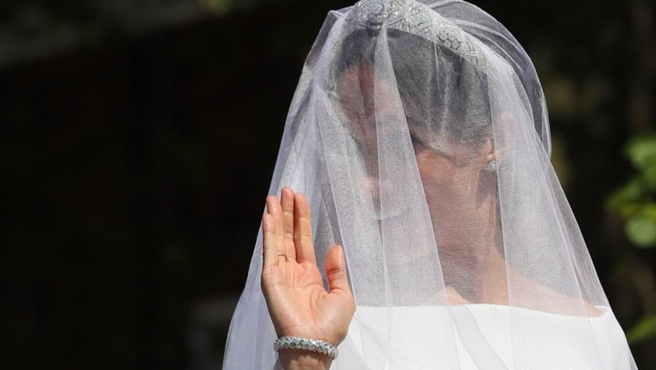 Meghan Markle saluda con una sonrisa a las personas congregadas que la esperaban a su llegada a Windsor. (Crédito: BRIAN LAWLESS/AFP/Getty Images)