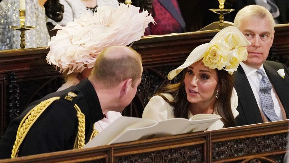 La familia real británica durante la boda en la capilla de San Jorge: el príncipe Guillermo habla con su esposa, Catalina Middleton. (Crédito: JONATHAN BRADY/AFP/Getty Images)